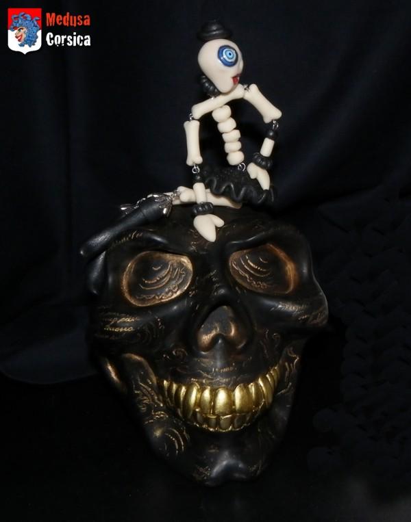 sculpture de crâne noire avec pigments bronze et dorés et Medusette zombie pour le final d'Halloween 2013