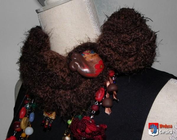 écharpe-fraise à bouton porté sur le côté sur plein de bijoux assortis