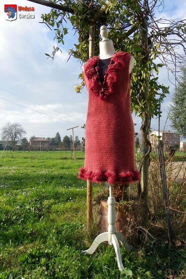 """Robe en laine """"norvège"""" coloris rouge """"viking"""" à col jabot, finition """"plume"""""""