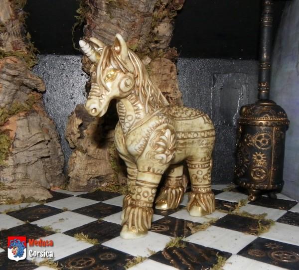 Licorne seule dans le château-arbre