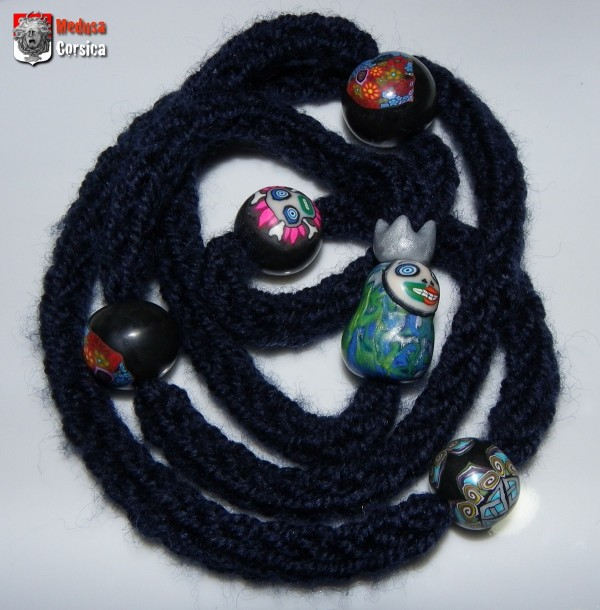 tricotin bleu marine et perles polymerclay