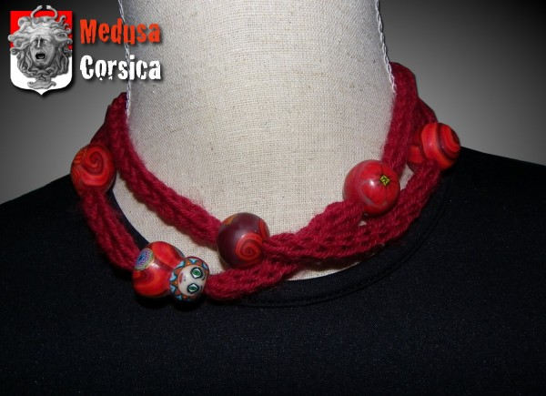 collier tricotin version rouge avec poupée et perles rouges