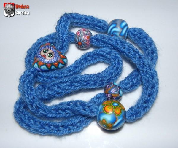 Collier tricotin ambiance bleue avec coeur à visage