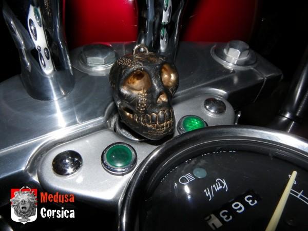 clef de moto cutomisée en polymerclay, crâne noir et pigments