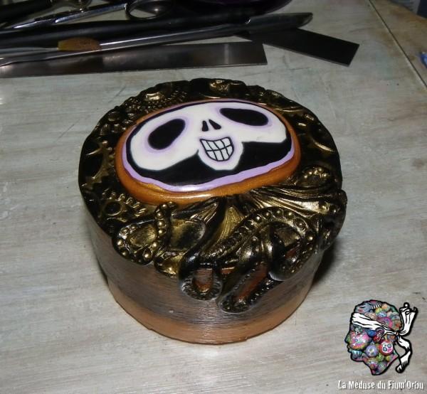 boite en bois très fin décorée d'une méduskelle à pattes de poulpe