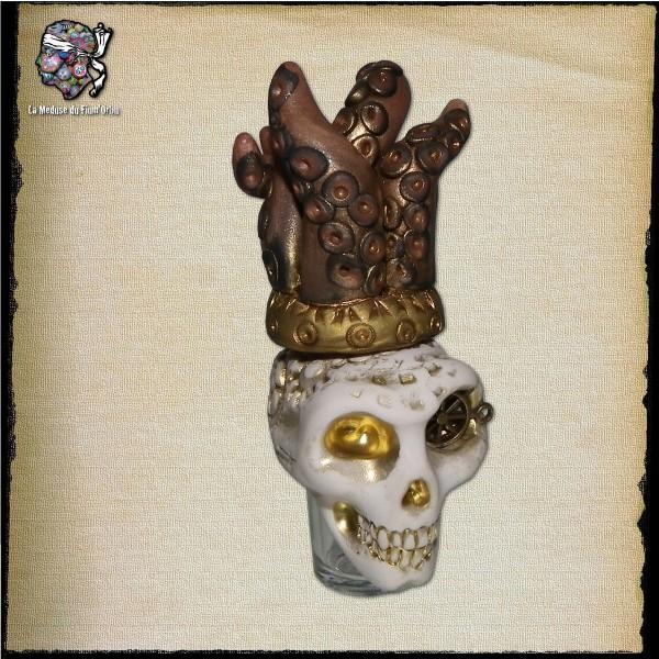Esprit en bouteille avec crâne blanc et couronne poulpe