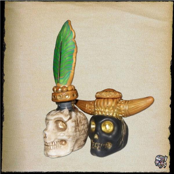 Encriers crânes avec bouchons décorés assortis.