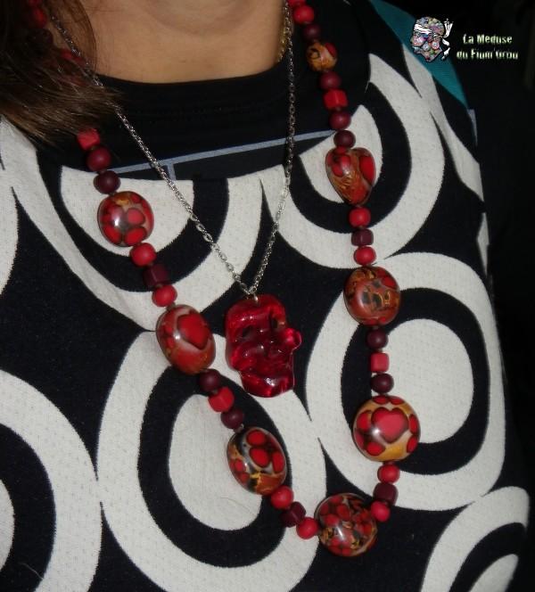 sautoir porté avec pendentif crâne de méduse rouge