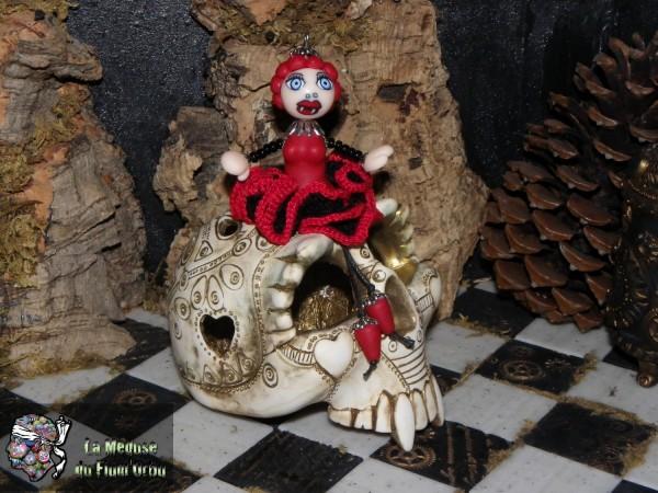 dernière vampirisée, une medusette à robe bustier et jupon flamenco