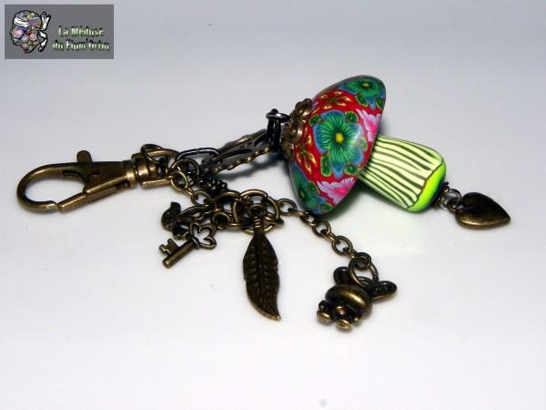 grigri bronze à champignon , motif millefiori six fleurs