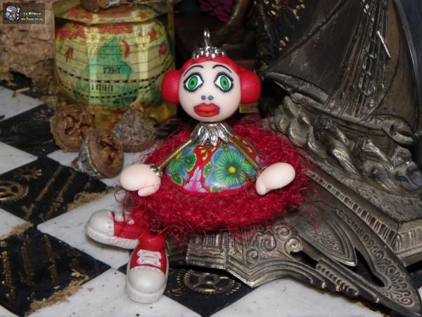 Medusette à robe millefiori fond rouge et jupon de laine