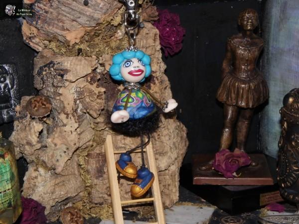 poupée medusette à robe cloche bleue et cours verts