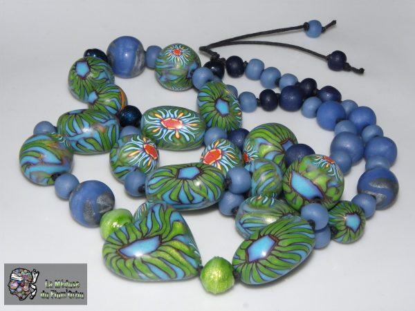 sautoir tout en perles sur coton noué, ambiance vert-bleu à effets