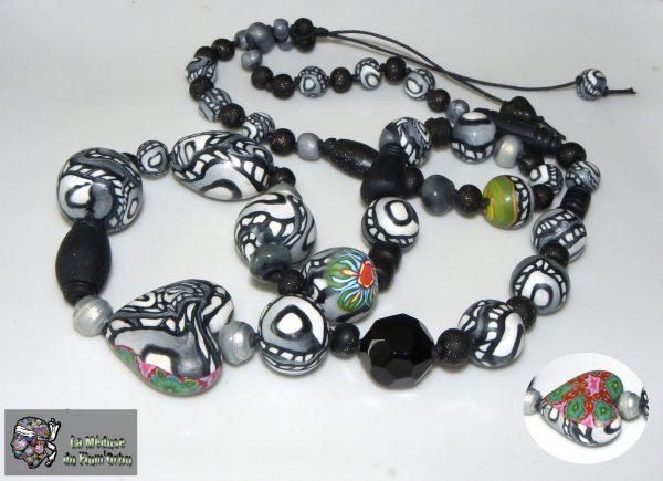 Sautoir noir et blanc sur coton noué, ambiance noir et blanc à touches ponctuelles de couleur