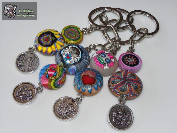 Porte clefs lisses en semi reliefs de perles aplaties