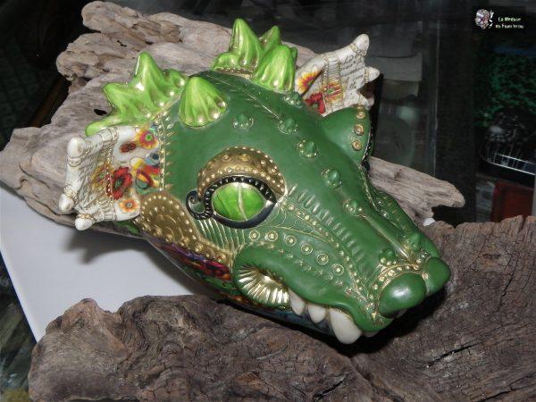 Sculpture d'argile polymère en forme de tête de chimère ou de dragon